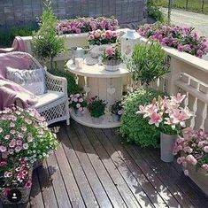 Kabeltrommel gestrichen und mit Blumen dekoriert