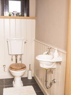 Wat-een-mooi-retro-toilet-met-lambrisering-en-Kenny-Mason-toilet.1433075924-van-TapsBaths.jpeg (700×935)