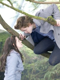 Kristen Stewart and Robert Pattinson, Twilight, Film Fashion Edward Bella, Edward Cullen, Twilight Edward, Funny Twilight, Twilight 2008, Twilight Saga Series, Twilight Quotes, Twilight Pictures, Twilight Series