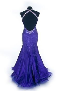 Love the beading on the back of this dress, maybe if Bead a halter dres I'll do it in this fashion