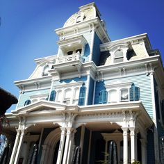 The Blue Lady~A Victorian Treasure Victorian Porch, Victorian Style Homes, Victorian Farmhouse, Victorian Decor, Victorian Architecture, Architecture Old, Residential Architecture, One Room Houses, Old Houses