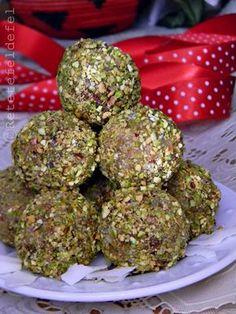 BOMBOANE DE CURMALE SI COCOS | Good Food, Yummy Food, Raw Vegan Recipes, Dessert Drinks, Dried Fruit, Coco, Cookie Recipes, Deserts, Tasty