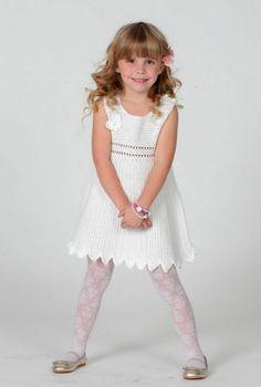 Nydelig, heklet kjole til vårens og sommerens brudepiker. Denne skjønne, heklede kjolen må vel være en drøm for vårens og sommerens små brudepiker? Bare pynt den med silkebånd og perler!