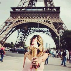 Take us to Paris! We wanna adventure around France with pink ice cream and take fun pictures like this! Anyone else ready for a vacation during the warm summer months? Walpapper Tumblr, Yoga Inspiration, Travel Inspiration, Poses, Mona Lisa, Foto Pose, Australian Fashion, Paris Travel, France Travel