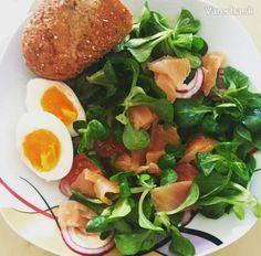 Tento lososový šalát je vynikajúcou kombináciou zdraviu prospešných živín. Poľný šalát je skutočne bohatý na železo a vitamín B. Údený losos je bohatý na omega-3 mastné kyseliny a varené vajíčko je zase zdrojom proteínov. Jablčný ocot je prospešný pre znižovanie cholesterolu, je vhodný pri diéte a taktiež napomáha nášmu tráveniu. Vynikajúcou prísadou je aj ľanový olej, ktorý je spomedzi všetkých tukov na trhu práve ten najzdravší a pôsobí ako skvelá prevencia pred vznikom rakoviny. Keto Recipes, Eggs, Meat, Chicken, Vegetables, Breakfast, Food, Meal, Egg