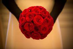 Kristin-Sagas-brudebuket-af-røde-roser