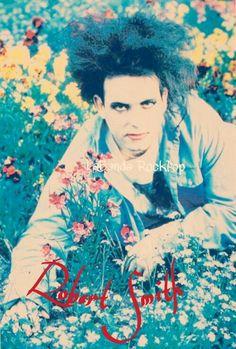 """El 21 de abril de 1959 nacé Robert James Smith (nacido en Blackpool, Inglaterra) es guitarrista, vocalista, compositor, co-fundador y líder de la banda inglesa de rock alternativo The Cure.  En su trayectoria musical, Smith ha tocado guitarras de 6 y 12 cuerdas, bajos de 4 y 6 cuerdas y teclados, entre otros instrumentos. La revista de rock, NY Rock lo describe como """"el descuidado hijo iconoclasta de la cultura pop del pesimismo"""" y afirma, además, que sus canciones son de una """"introspección…"""