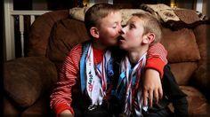 Estos Niños Son Un Ejemplo de cómo las personas deberían tratarse entre si. <3