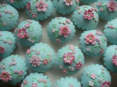 I have to try this out sometime-- fondant for cupcakes!