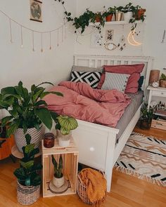 Modern Bohemian Bedrooms & Home Interior Decor Ideas: With the passage of time the demand and trend of the bohemian home decoration has been becoming the main talk of the town. Room, Aesthetic Room Decor, Room Ideas Bedroom, Room Design, Room Inspiration Bedroom, Room Decor, Dorm Room Decor, Girl Bedroom Decor, Cozy Room Decor