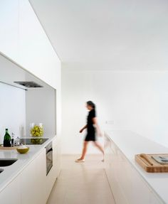 House on Mountainside Overlooked by Castle by Fran Silvestre Arquitectos - I Like Architecture Minimal House Design, Minimal Home, Modern Design, New Kitchen Interior, Modern Interior, Valencia, Interior Minimalista, House On The Rock, Tiny House