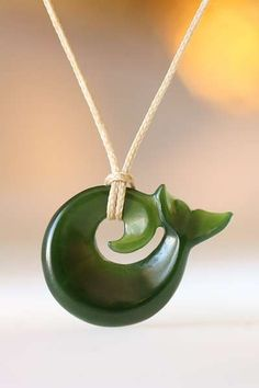 Kleines Walflossen Koru aus Jade als Symbol Schmuck der Stärke
