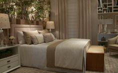 Quarto de casal assinado por Alessandra Braggion, com colcha, cortina e almofadas de confecção própria, showroom Casa MIneira Decorações.