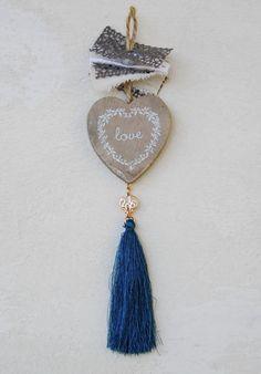 gr605549 {12,50 €} χειροποίητο γούρι με ξύλινη καρδιά και στοιχεία σε ροζ χρυσό, βαμβακερές δαντέλες και κεραμική χάντρα, χειροποίητη φούντα (περ. 24cm)