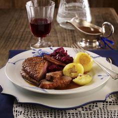 Entenbrust mit Orangen-Zimt-Soße, Rotkohl und Knödeln Rezept | LECKER