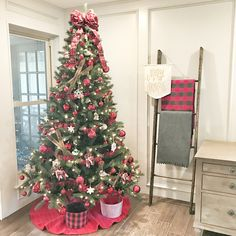 Traditional Christmas Tree Warm Beautiful Traditional Christmas Tree Traditional Christmas Tree #TraditionalChristmasTree - Home Bunch blog