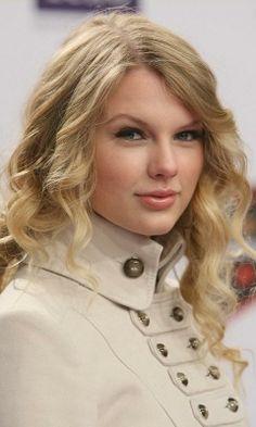 Hair & makeup inspiration: Taylor Swift (curls and natural makeup).