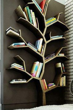librero en forma de árbol de madera