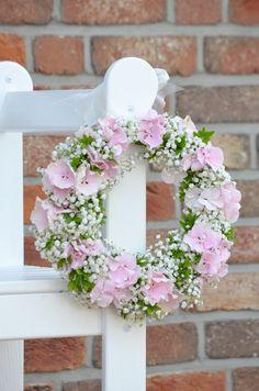 Kirchendeko zur Hochzeit selber machen – ein Hortensienkranz-DIY | Blumigo