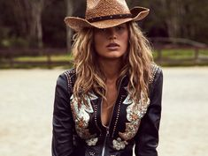 15 straw hats to wear this summer to perfect the summer folk style - Page 2 Cowgirl Hats, Cowgirl Outfits, Cowgirl Style, Vogue Paris, Western Look, Folk Fashion, Cowgirls, Country Girls, Fashion Design