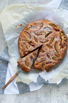 Ciasto ze śliwkami, mielonymi migdałami, gorzką czekoladą i skórką startą z cytryny    #mojadelicja #food #cake #plums #eat #yum #ciasta #sliwki #deser