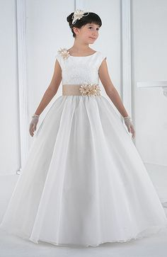 Beautiful organza first communion dresses Gala Dresses, Dress Outfits, Girl Outfits, Wedding Flower Girl Dresses, Little Girl Dresses, Holy Communion Dresses, Frack, African Fashion Dresses, Baby Dress