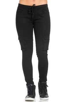 These super comfy mid rise skinny cargo pants will be a welcome addition to your wardrobe this season. A pair of mid-rise black woven cargo pants complete with buttoned flap pockets on the side, a fou