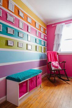 Eine bunte Wand mit vielen kleinen Bildern bringt nicht nur Farbe, sondern auch Lebensfreude in jedes Kinderzimmer! #kinderzimmer #bilder #wandgestaltung #buntefarben #inspirationen