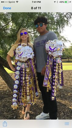 Love the small mums on the girls mum with homecoming on it. Homecoming Mums Senior, Homecoming Garter, Homecoming Corsage, Homecoming Spirit, Homecoming Queen, Senior Year, Prom, How To Make Mums, Texas Mums