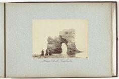 Henry Pauw van Wieldrecht | Drie vrouwen voor een uit zee oprijzende rots in Freshwater op Isle of Wight, Henry Pauw van Wieldrecht, 1889 |