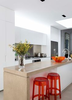 Kitchen with red stools Buy Bar Stools, Beautiful Kitchens, House Colors, Terrace, Table, Australia, Magazine, Furniture, Red