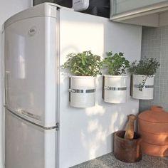 Une+idée+géniale+pour+avoir+les+herbes+aromatiques+à+portée+de+main,+même+dans+une+petite+cuisine,+en+installant+ces+pots+magnétiques+sur+le+côté+du+frigo.