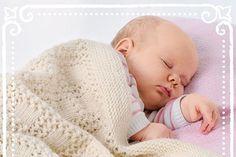Ein kuscheliges, weiches Plaid für die ganz Kleinen - das ist das perfekte Wintergeschenk für Neugeborene! Wie du so einen wärmenden Hingucker selber stricken kannst, zeigen wir dir hier!
