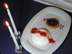 Esponjado de yogur de cabra de Ambasmestas con salsa de fresas a la naranja sanguina y piemientas rosas y galleta de torrija con puré de peras al vino tinto.
