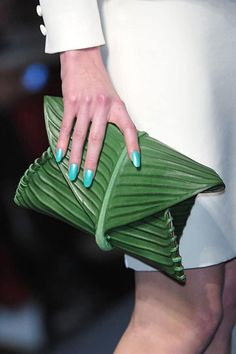 Details of Leaf Clutch from Jean Paul Gaultier Spring 2010 Couture Collection Look Fashion, Fashion Bags, Womens Fashion, Fashion Trends, Hermes Clutch, Clutch Bags, Looks Style, My Style, Green Clutches