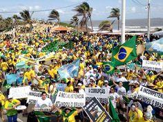 Manifestação na avenida Litorânea, orla de São Luís (MA), contrária ao governo, às 10h (Foto: Clarissa Carramilo/G1)