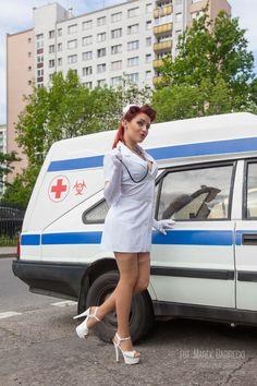 Gdybyś zasłabł w kolejce po nowy tatuaż u swojego ulubionego artysty siostra Zosia ci pomoże!  foto. Marek Babirecki/ orlastudio.pl