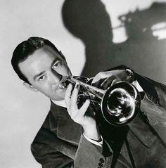 Bobby Hackett (Robert Leo Hackett) fue un músico de jazz estadounidense que nació el 31 de enero de 1915 y falleció el 7 de junio de 1976. Fue un excelente trompetista y cornetista, si bien tocaba otros instrumentos. Trabajó con las bandas de Glenn Miller y Benny Goodman a finales de la década de 1930 e inicios de la de 1940 y ejerció una notable influencia en músicos posteriores, como en el caso de la figura legendaria Bix Beiderbecke, por lo que su existencia fue vital para la historia del…