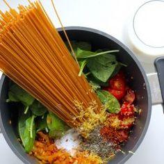 One pot pasta med chorizo, tomater, hvidløg og spinat - Anna Mad One Pot Pasta, Chorizo, Skinny Recipes, Mozzarella, Celery, Parmesan, Pesto, Love Food, Broccoli