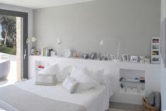 Mueble cabecero a medida color blanco, hornacinas integradas.KALEIDOSCOPE Diseño de espacios Cozy Bedroom, Bedroom Wall, Master Bedroom, Bedroom Decor, Shelf Over Bed, Colour Blocking Interior, Recessed Shelves, Eclectic Furniture, Bed Wall