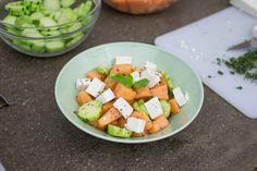 L'Insalata di melone con feta e cetrioli insaporita dalla menta fresca ti farà sicuramente pensare a noi d'ora in poi! Prova questa buonissima ricetta estiva.