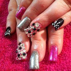 #hellokaylaranaenails pink and black nails