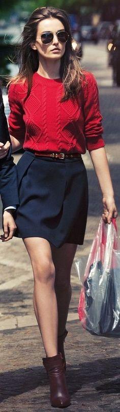 Un jersey de ochos rojo y una minifalda azul marino son el combo perfecto para llamar la atención por una buena razón. Agrega botines burdeos a tu apariencia para un mejor estilo al instante.