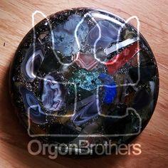 Medalion to orgonit tworzony na miksie najważniejszych energetycznych minerałów oraz opiłków metali. Istotna jest siła oddziaływania orgonitu na człowieka.