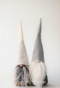 Gnome scandinave authentique fabriqués par des Artisans nordique à Brooklyn, NY. Chaque gnome est une personne et pas deux pareils. Vous aurez la seule photo. Ce gnome lunatique a un corps gris, chapeau de feutre gris et blanc en fausse fourrure barbe. Il est environ 15 pouces de hauteur. Gnome est rempli d'ouate et un sac de fèves pour l'aider à s'asseoir robuste. Tous les articles proviennent de l'environnement sans fumée. Merci de votre visite ! S'il vous plaît noter que certains de ...