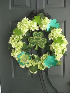add these shamrocks to coffee filter wreath? St Patrick's Day Crafts, Decor Crafts, Holiday Crafts, Holiday Decorations, Holiday Ideas, Picture Wreath, Coffee Filter Wreath, Welcome Home Parties, Diy Wreath