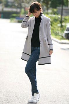 preto jeans cinza e branco = elegância dos neutros equilibrando a informalidade das formas e dos materiais