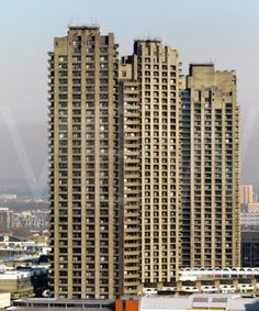 Visions of an Industrial Age // Three tower blocks (Barbican, City of London) Concrete Architecture, London Architecture, Architecture Details, Tower Block, Social Housing, Barbican, Perfect World, Ranch Style, Modern Buildings
