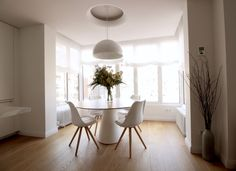 The very simple furniture and lighter design are staged in this room. Kitchen Dining, Dining Room, Dining Table, Home Staging, Appartement Design, Simple Furniture, Lighting Design, Accent Decor, Interior Design