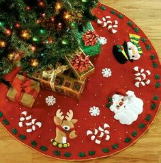 Christmas tree skirt pattern candy canes ideas for 2019 Xmas Tree Skirts, Christmas Tree Skirts Patterns, Diy Christmas Tree Skirt, Christmas Runner, Christmas Sewing, Felt Christmas, Christmas Projects, Christmas Time, White Christmas